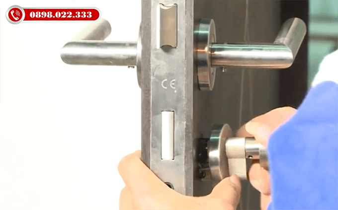 Lắp ổ, thân, tay khóa - Thi công lắp đặt cửa gỗ nhựa