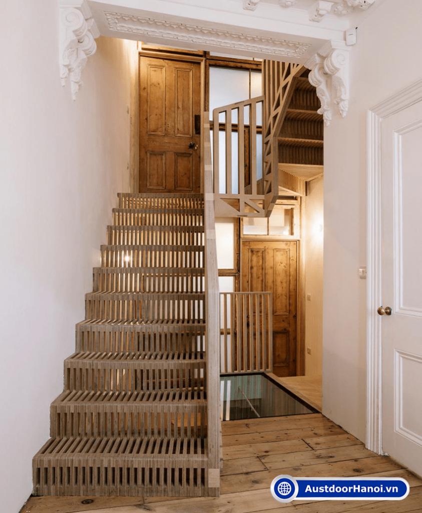 Cửa phòng ngủ đối diện cầu thang